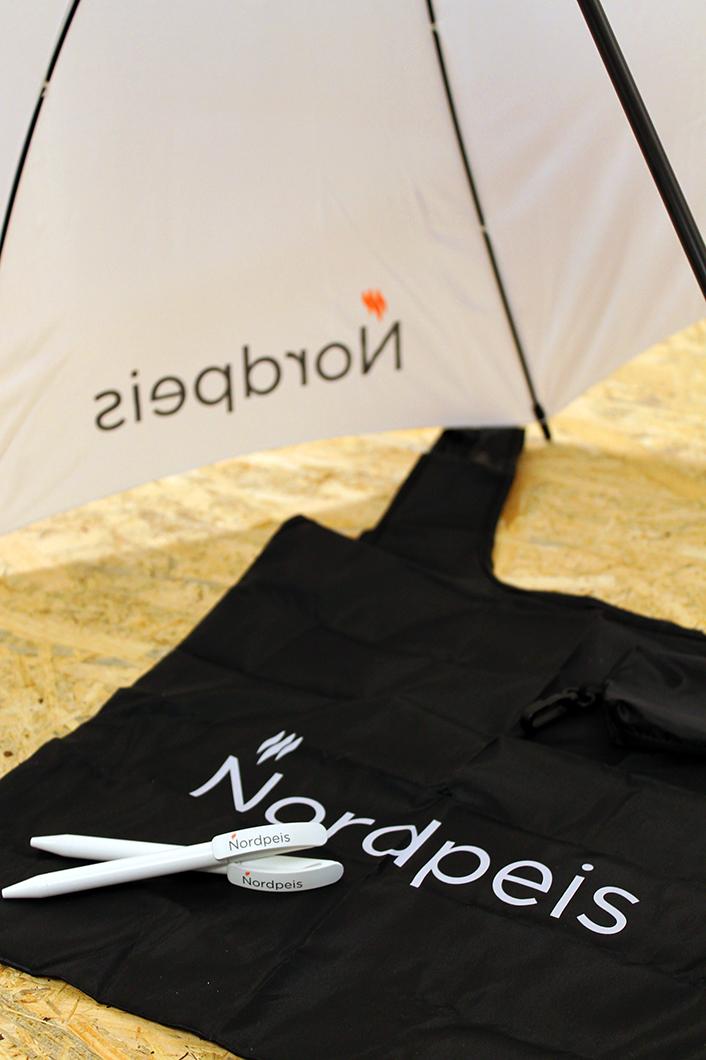 Profilert paraply, handlenett og penner.