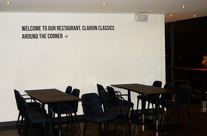 Svart tekst på hvit vegg