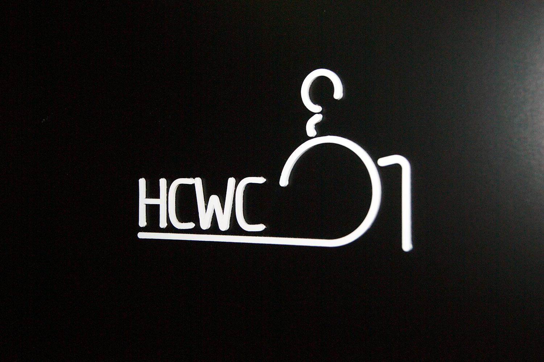 hcwc skilt på vegg